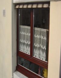 Une fenêtre en bois posée dans une maison