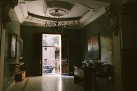 Un miroir décoratif dans une maison