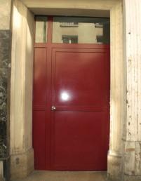 Une porte en aluminium posée en extérieur