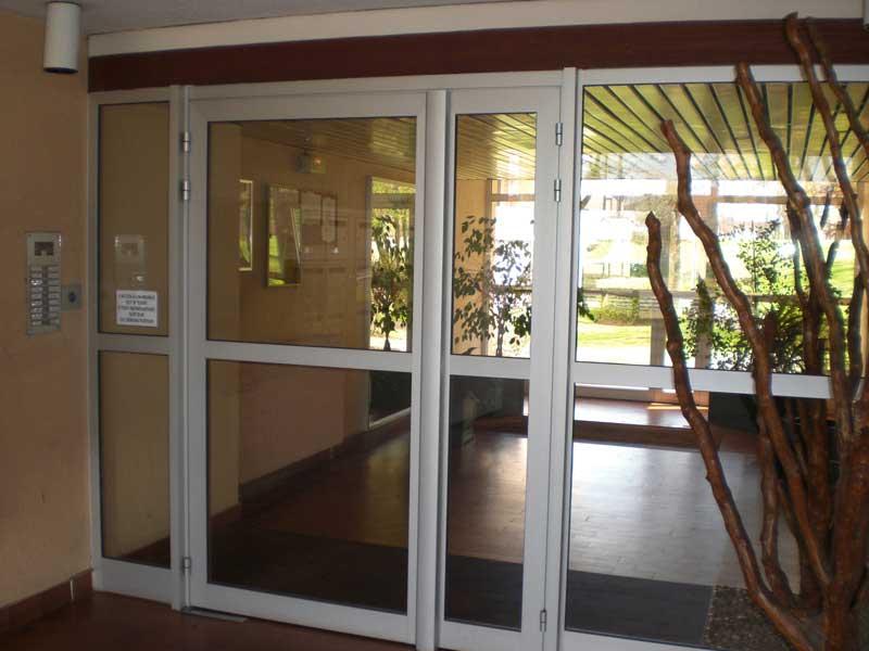 Une porte d'entrée d'immeuble