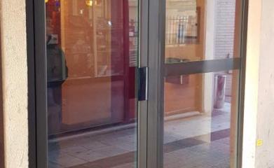 Remplacement d'une porte d'entrée et vitrine d'un commerce image 3
