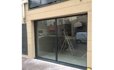 Remplacement d'une porte d'entrée et vitrine d'un commerce image 2