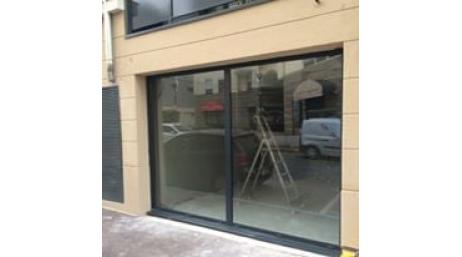 Remplacement d'une porte d'entrée et vitrine d'un commerce