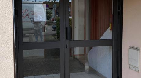 Pose porte d'entrée hall immeuble