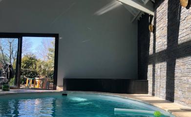 Pose d'un miroir dans un pool house image 3