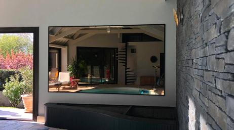 Pose d'un miroir dans un pool house