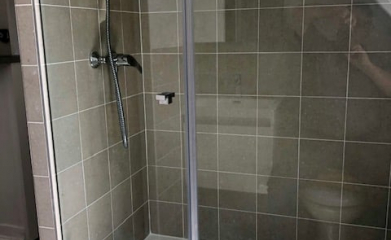 Pose d'un pare douche vitré sur mesure 95 image 5
