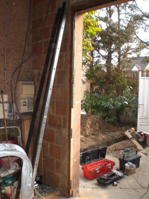 Installation d 39 une porte de garage sectionnelle 95 for Installation motorisation porte de garage sectionnelle