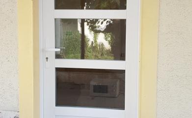 Pose de porte d'entrée en PVC 95 image 2