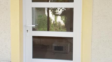 Pose de porte d'entrée en PVC 95