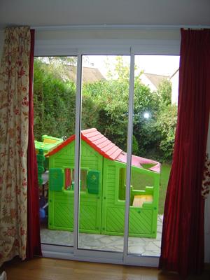 Une fenêtre par le menuisier PVEG